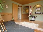 玄関(陶板タイル仕上げ、壁側にスロープを設置)